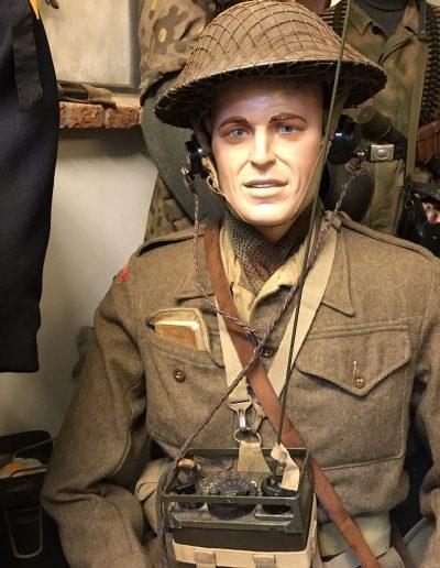 Engelse soldaat met draagbare zender